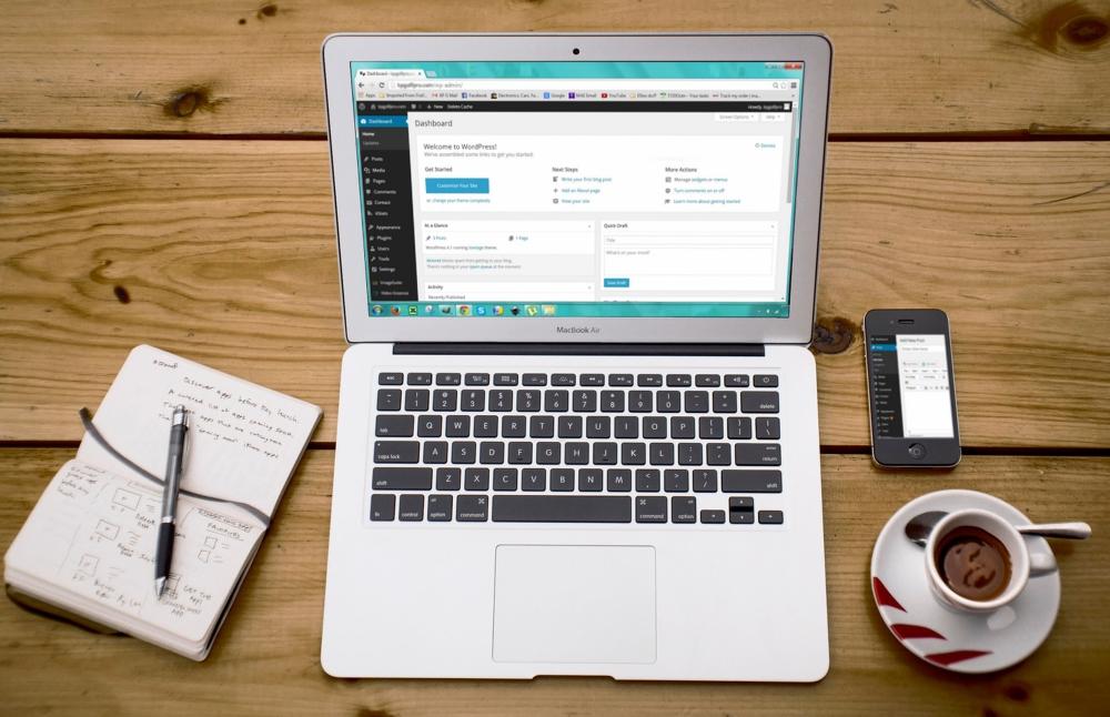 Laptop on desk - 6 tips for choosing a web host
